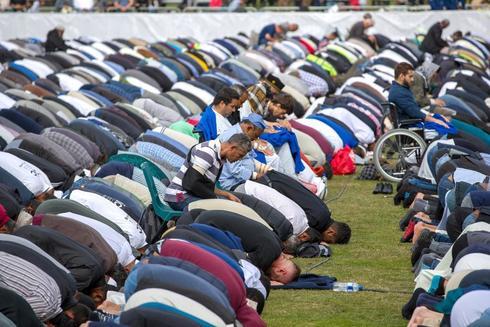 Miles de personas, musulmanes y de otras confesiones, rezan en una plegaria simbólica frente a una d elas mezquitas atacadas hace una semana.
