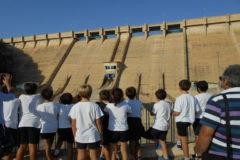 Una visita de un grupo de niños, ayer, al embalse de Santomera.