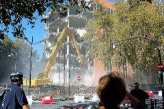 Varias personas observan la demolición del antiguo ayuntamiento en la avenida de Aragón.