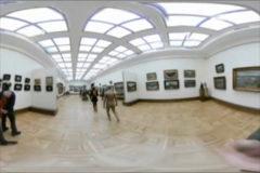 Un hombre pasea desnudo por el museo más importante del país