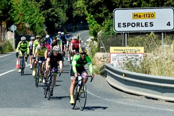 Ciclistas pasando cerca de S' Esgleieta.