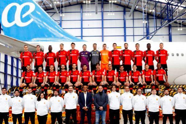 El equipo mallorquinista fotografiado en el hangar de Air Europa.