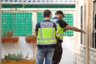 Dos agentes de la Policía Nacional, en una operación.