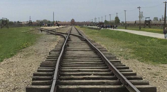 Vías de tren que conducen a las puertas principales del antiguo campo...