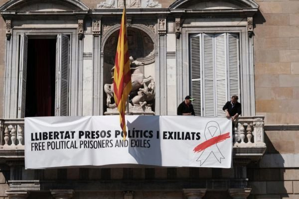 Auxiliares del Palau retiran las pancartas de la Generalitat
