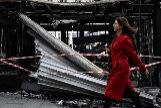 Una mujer camina delante de un quiosco de prensa saqueado durante la manifestación del pasado sábado en París.