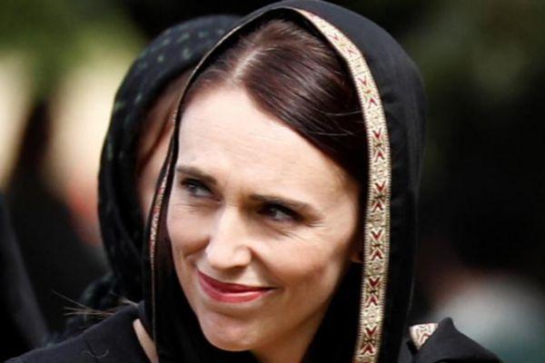 La primera ministra de Nueva Zelanda, Jacinda Ardern, acude a la ceremonia cubierta por el 'hijab' como signo de solidaridad.