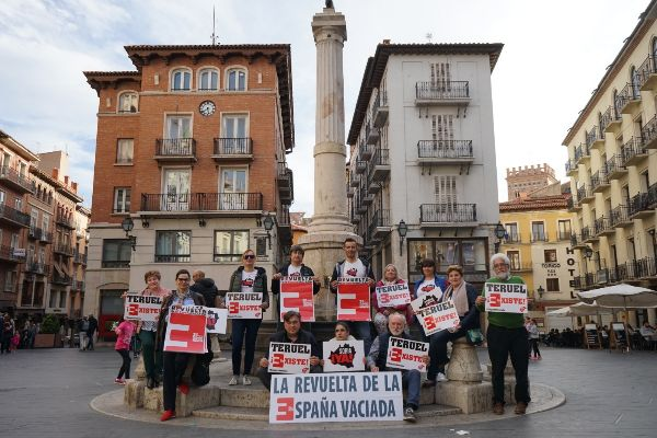 Miembros de Teruel Existe y Soria ¡Ya!, promotores de la protesta en Madrid.