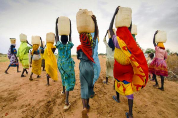 Las mujeres de 25 países del África Subsahariana gastan al menos 16 millones de horas al día recolectando agua potable.