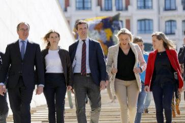 Pablo Casado, con su equipo del PP vasco este viernes en Bilbao.