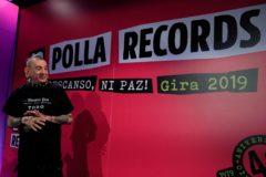 Evaristo Páramos junto a un cartel anunciado la gira.