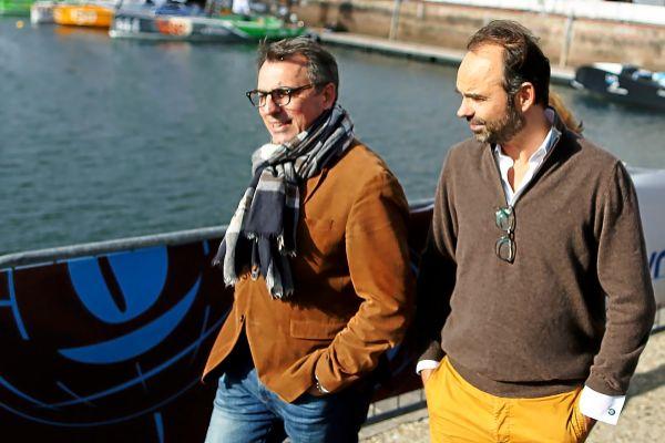 Edouard Philippe (derecha), primer ministro de Francia, junto a Luc Lemonnier, ex alcalde de Le Havre