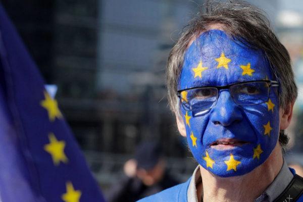 Un activista con la cara pintada con la bandera de la Unión Europea participa en una manifestación este jueves en Bruselas (Bélgica).