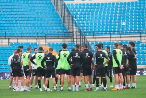 La plantilla del Hércules, durante el entrenamiento previo al partido contra el Olot.