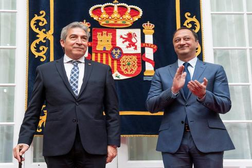 Lucrecio Fernández y Alfonso Rodríguez Gómez de Celis, en el relevo celebrado en la Delegación del Gobierno en Andalucía.