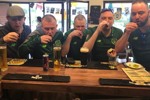 Un grupo de irlandeses en uno de los pubs de Gibraltar.