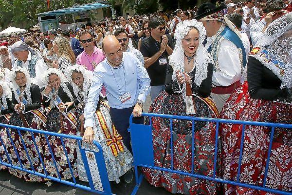 El alcalde de Alicante, Gabriel Echávarri, en una mascletà de las Hogueras, al inicio de su mandato.