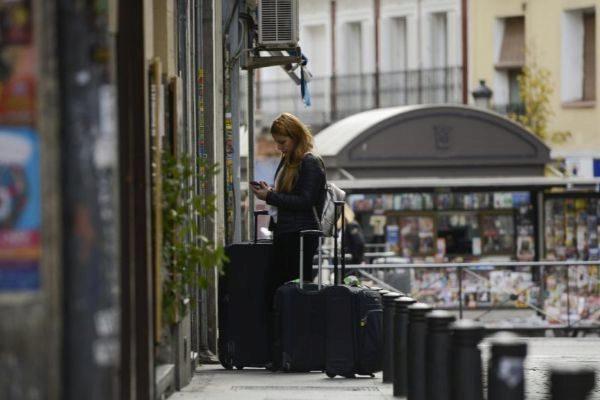 Una turista busca un piso en Madrid.