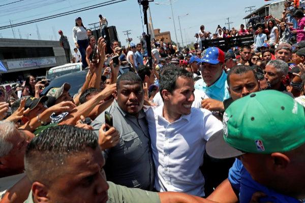 Juan Guaidó visita a sus seguidores en El Tigre.