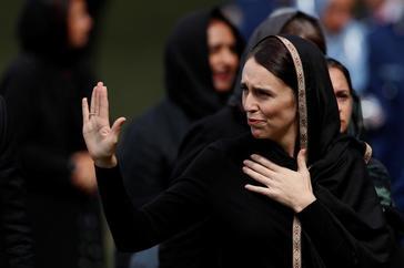 Jacinda Ardern acude al rezo del viernes con velo, en Christchurch.