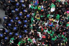 MOH05. <HIT>ARGEL</HIT> (ARGELIA).- Una multitud protesta este viernes en contra del presidente argelino, Abdelaziz Bouterfika, en <HIT>Argel</HIT> (Argelia). Las protestas populares cumplen un mes en Argelia, cada vez más vigorosas en las calles frente a un régimen cada vez más débil y dividido, que comienza a dar síntomas evidentes de agotamiento.