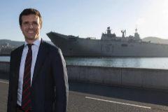 Pablo Casado, con el 'Juan Carlos I' detrás, tras visitarlo en el puerto vizcaíno de Getxo.