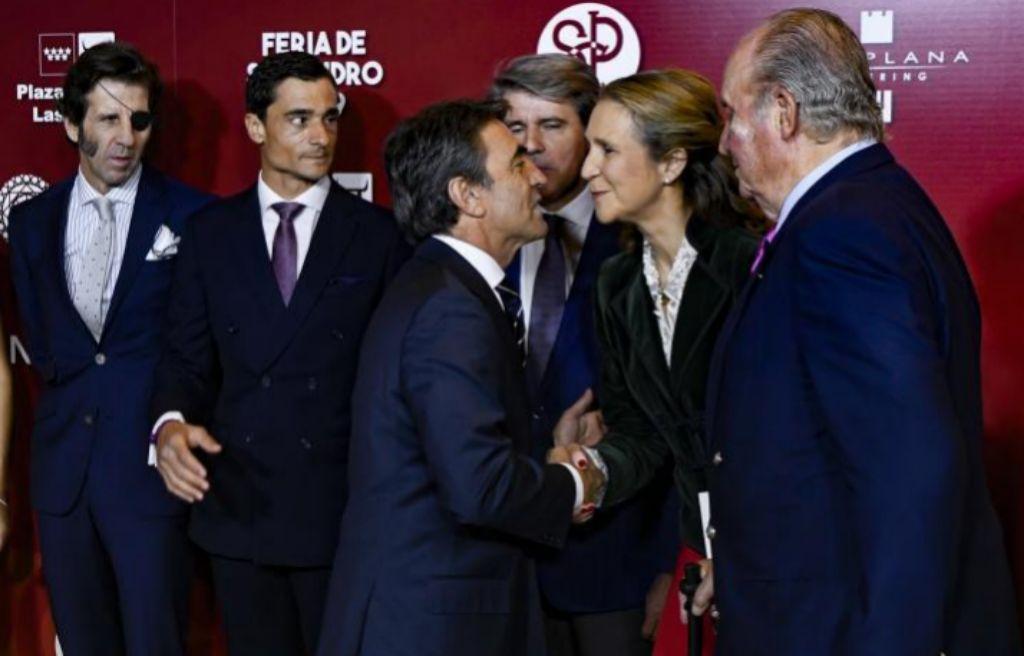 El ganadero Victorino Martín saluda a la Infanta Elena en presencia del Rey emérito, Juan Carlos I, que presidió la gala, y ante el presidente de la CAM, Ángel Garrido, Juan José Padilla y Paco Ureña