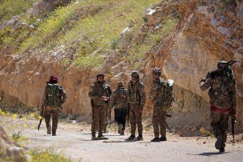 Combatientes de las Fuerzas Democráticas Sirias (SDF) se reúnen en la aldea de Baghouz, provincia de Deir Al Zor, Siria