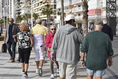 Varias personas paseando por Benidorm.