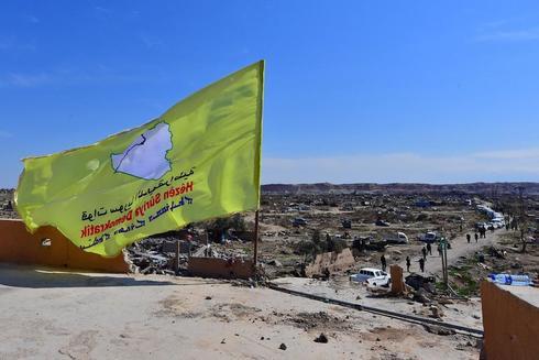 La bandera de las Fuerzas Democráticas Sirias (FDS) ondea en Baguz,...
