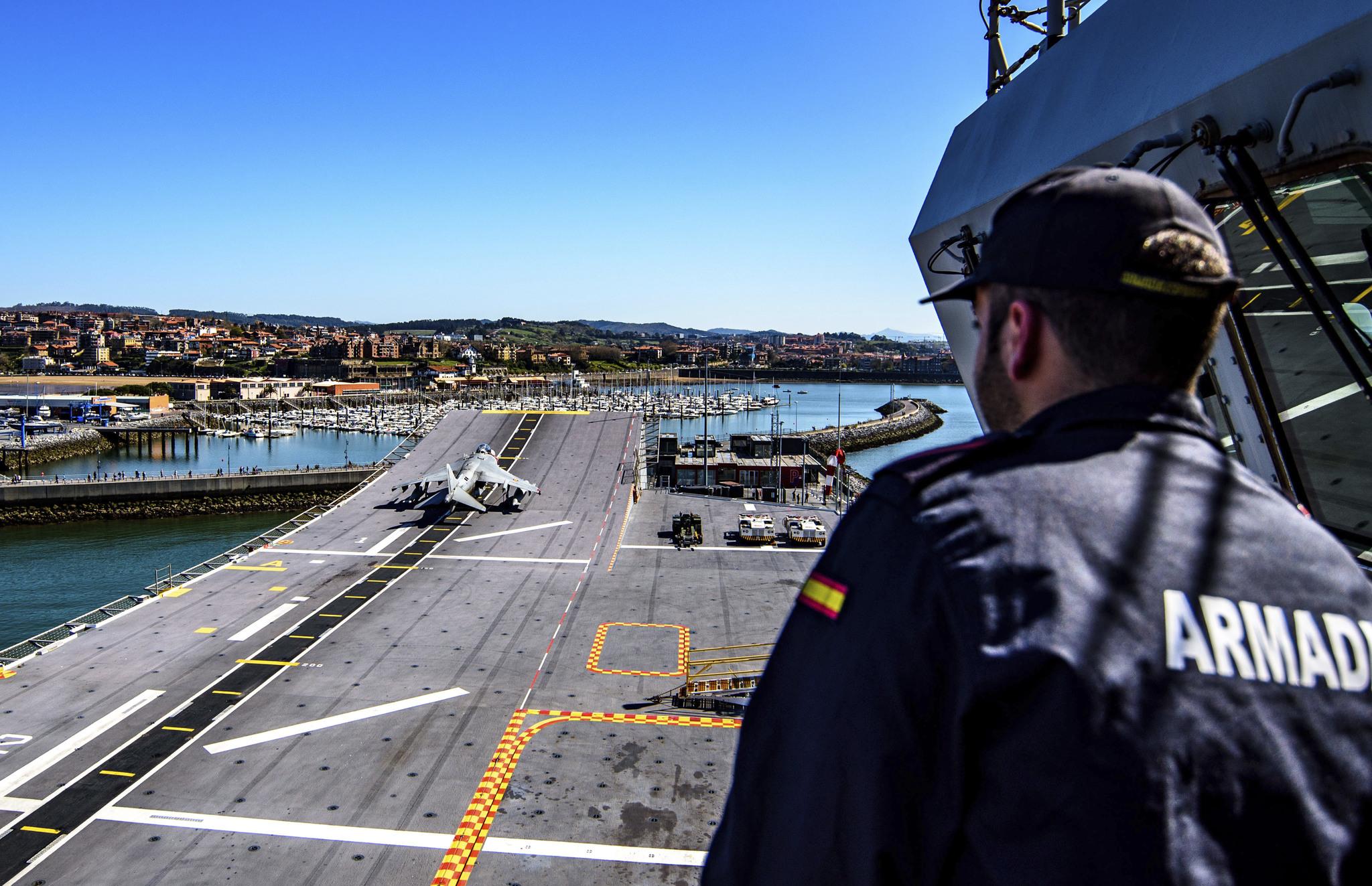 Un miembro de la tripulación  en la cubierta del 'Juan Carlos I' atracado en Getxo.