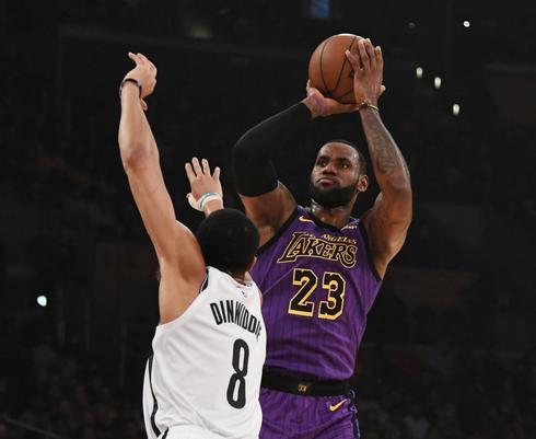 LeBron lanza ante Dinwiddie, de los Nets.