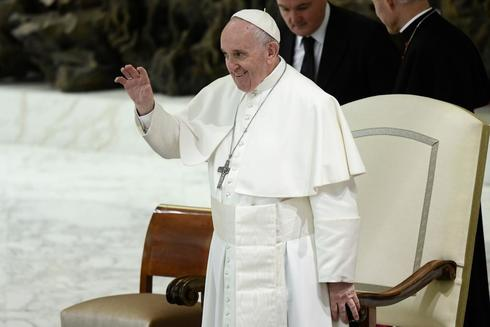 El Papa Francisco gesticula durante una audiencia con estudiantes del Colegio Barbarigo de Padua, en el Vaticano.