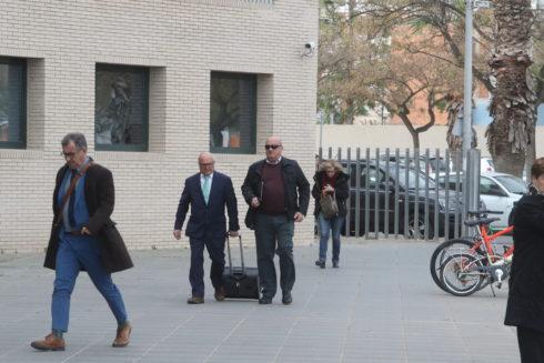 Vicente G. M., acompañado de su abogado, este viernes, al Juzgado.