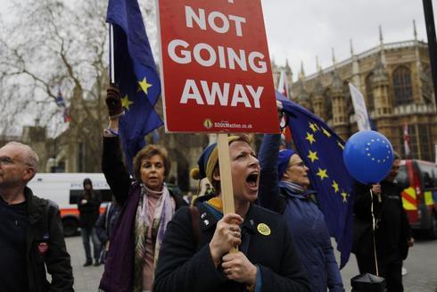 Manifestantes portan banderas de la UE y gritan eslóganes ante el Parlamento en el centro de Londres el pasado jeuves.