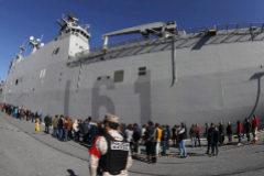 Largas colas para conocer el  buque 'Juan Carlos I', atracado en puerto 'hostil'
