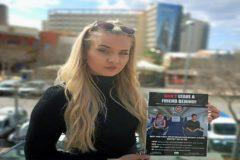 Georgia, una joven inglesa de 24 años, con la campaña que promueve en Magaluf.