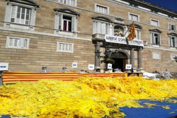 Brigadas  'quitalazos'  responden a Torra volcando kilos de cintas ante  la Generalitat