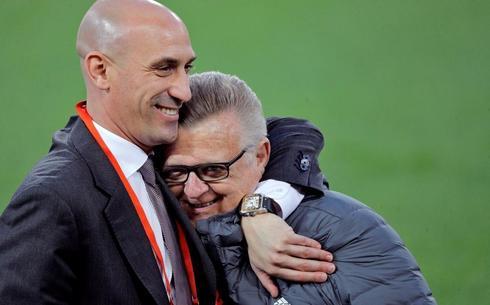Luis Rubiales, junto a Pedro Cortés, durante el entrenamiento de la selección en Mestalla.