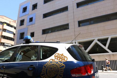 Patrulla de la Policía Nacional a las puertas de una comisaría.
