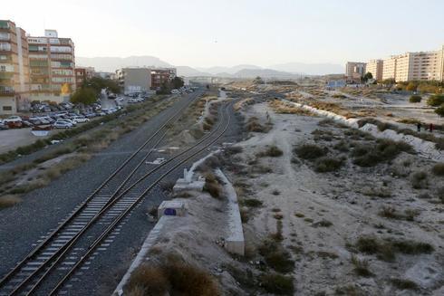 Los terrenos de las vías del tren que deberían ser soterrados.