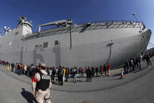 Largas colas de ciudadanos para ver al 'Juan Carlos I' atracado en puerto 'hostil'