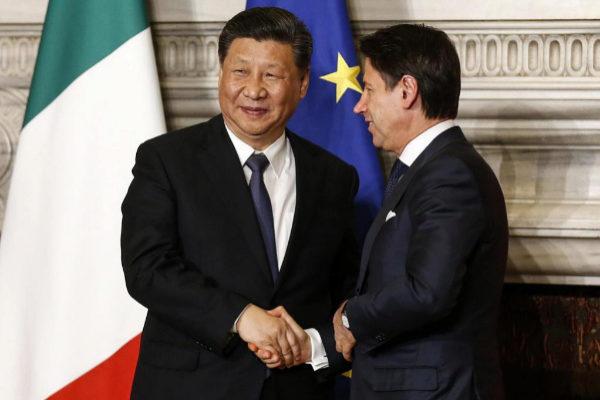El premier  italiano, G. Conte, saluda al presidente chino, Xi Jinping, en Roma.