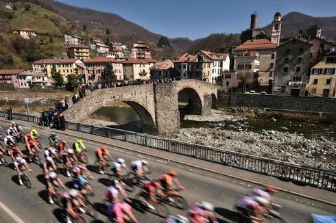 El pelotón de la Milán - San Remo, el sábado a su paso por Campo Ligure.