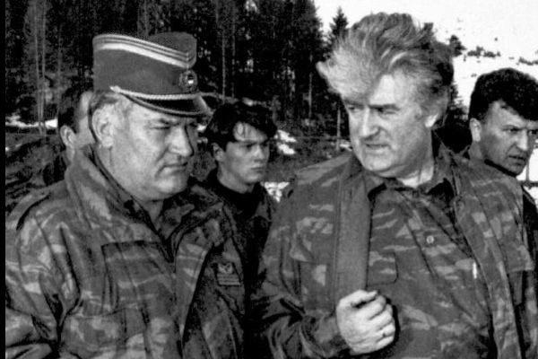 El ex general serbobosnio Ratko Mladic junto al entonces presidente de la República Srpska, Radovan Karadzic, en una foto de archivo de 1995.