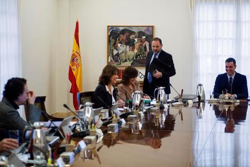 De izquierda a derecha, las ministras Magdalena Valerio y Dolores Delgado, la vicepresidenta Calvo, el ministro José Luis Ábalos y Pedro Sánchez en el Consejo de Ministros del pasado 15 de febrero.