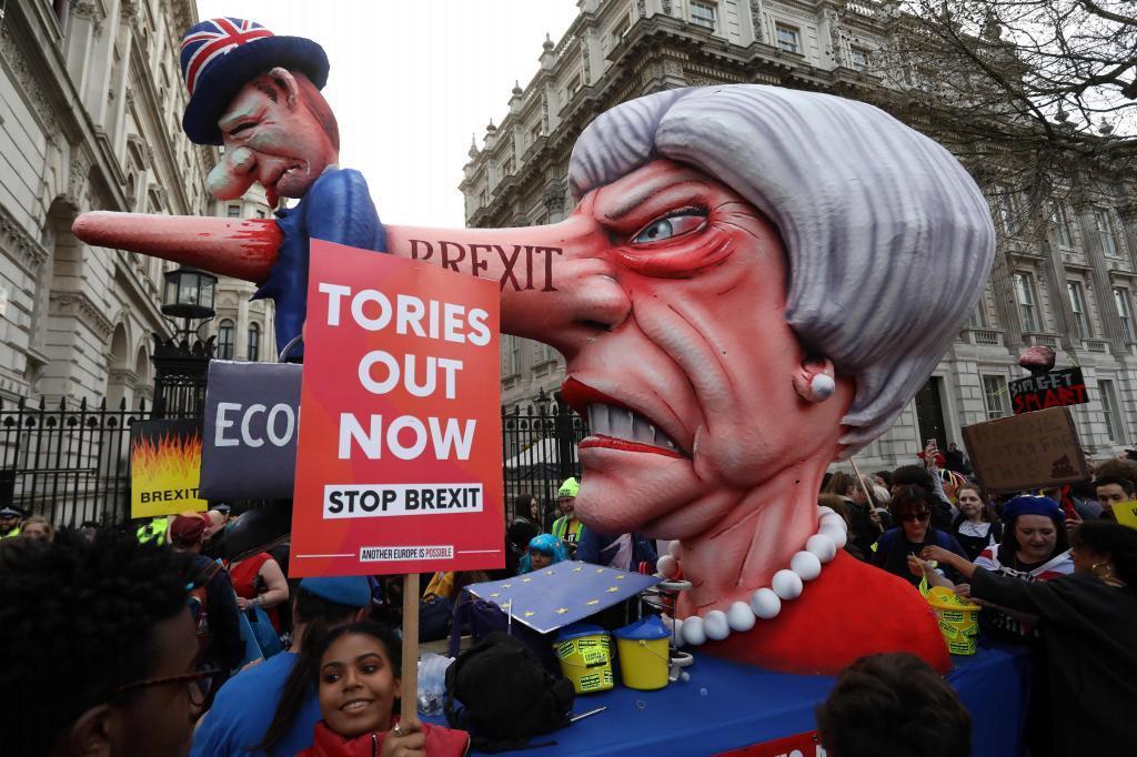 Un cabezudo con la nariz de Pinocho y el rostro de Theresa May en la protesta en el centro de Londres.