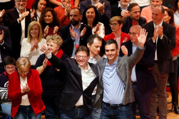 Ximo Puig y Pedro Sánchez saludan, ayer, en el acto del PSOE celebrado en el paraninfo de la Universidad de Alicante, acompañados por Pedro Duque y Ana Barceló .