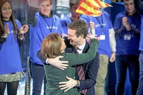 Isabel Bonig se abraza con Pablo Casado, en un acto celebrado en Valencia.