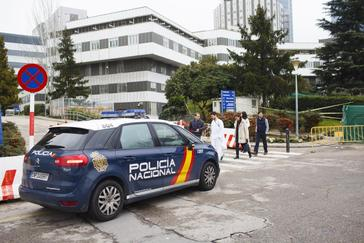 Un coche de la Policía Nacional delante de la fachada del Hospital de La Paz.